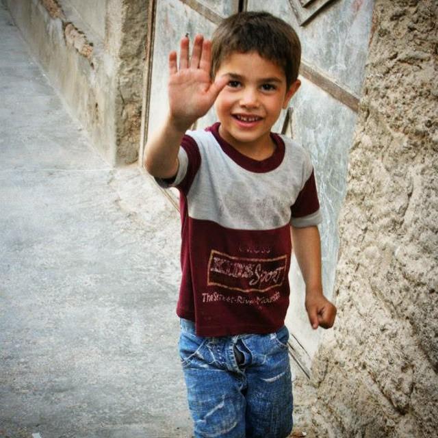"""Kafasında yumurta kabuğu ile dolaşan civciv Kalimero gibi hissediyorum kendimi bugün!!! Aynı onun gibi """"Ama bu haksızlık öyle değil mi?"""" deyip duruyorum. Bu fotoğrafı #Suriye 'de çektim. Yıl 2009. Şimdi ne o sokaklar, ne de gülen yüzlü çocuklar kaldı orada. Tecavüz, şiddet, ölüm her yerde kadınların ve çocukların peşinde.... Ama bu haksızlık öyle değil mi???#ÖzgeCanAslan"""