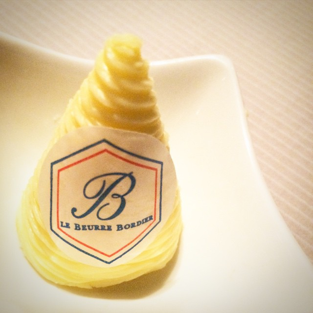 Günaydın☀️ Bu sabah size müthiş bir tereyağından söz etmek istiyorum. Zengin aromalı, nefis lezzetli ve bence tereyağların kralı: Le Beurre Bordier... Bu yağın hastası olduğumu bilen ve benim için Fransa'dan getiren benden daha deli arkadaşlarım var benim... İçimizin ısınması için güneş şart mı gerçekten? #selinekim #chef #butter #France #beurre #Bordier