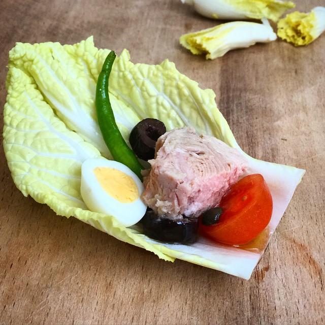 #niçoisesalad Nice salatası... Fasulye olmazsa olmazı. Fotoda gördüğünüz ise fasulye taklidi yapan sivri biber, çaktırmayın Herkesin yanlışı vardır, yeter ki doğrularımızı götürecek kadar çok olmasın #selinekim #chef #tunafish #mustardvinaigrette #salad