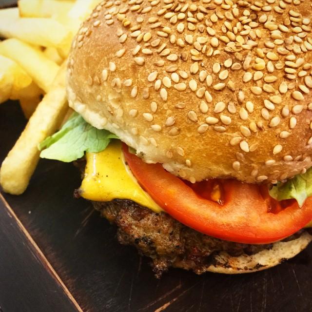 Okullar açıldı, hayat normale dönmeye başladı ama benim kafam karıştı. Mis gibi cuma gününde lüzumsuz bir pazartesi sendromu yaşıyorum. Canınız benim gibi sıkkınsa, hiç keyfiniz yoksa ve bir de bugünü pazartesi zannediyorsanız, binlerce kalorilik bir öğle yemeği yiyin kesinlikle işe yarıyor  #selinekim #chef @burgerlabco