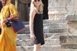 Fareli tapınakta çıplak ayak